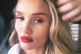 ins新风潮 欧美女星都喜欢化妆时自拍