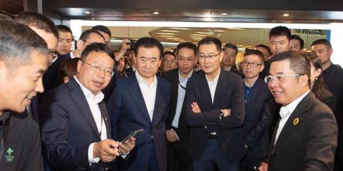 王健林马化腾共同现身 北京这个万达广场有何不同?