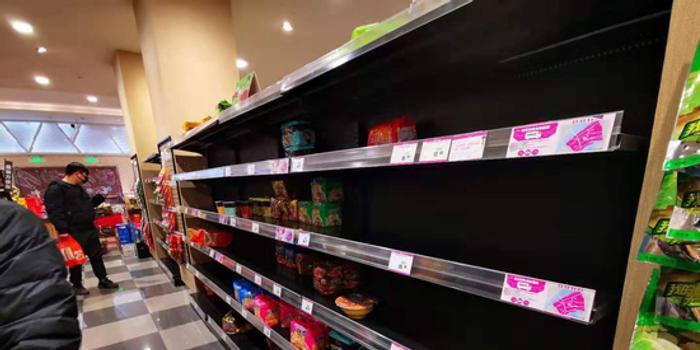 武汉部分超市不打烊 紧急补货保障供应