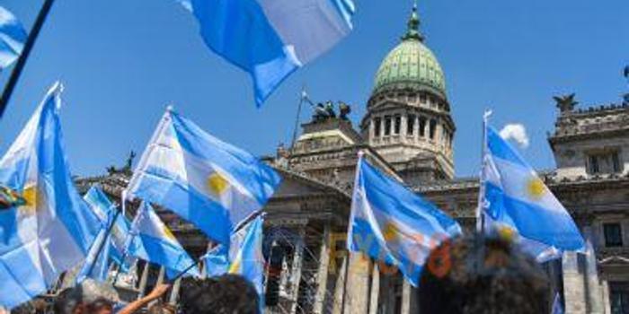"""实行资本管控阻止货币暴跌 阿根廷已达""""违约""""边缘"""