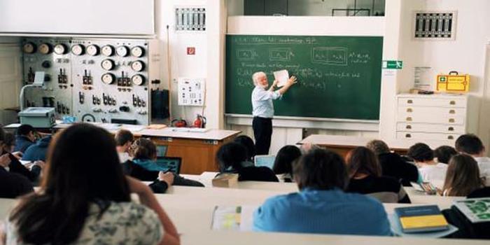 报告称美国半数大学的毕业生年收入相当于高中生水平