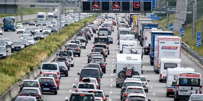德国站在衰退十字路口 汽车产量跌至近10年新低