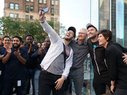 库克现身发售现场 消费者购买新款iPhone意愿超预期