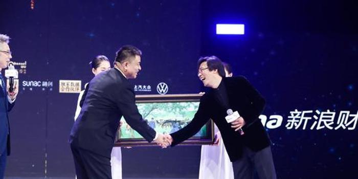 刘永好获年度经济人物,李克飞专程带给他一样礼物