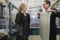 """美国财长姆努钦称在""""异常卖力地推敲""""超经久债券"""
