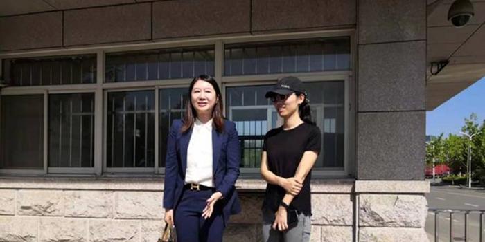 徐翔妻子黑色素装现身离婚案现场 曾称希望得50%财产