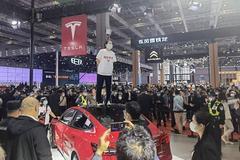 視頻|上海車展現特斯拉車主站車頂維權 疑似被保安強行拖離現場