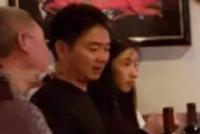 疑似刘强东案新监控流出:警员离开后女方双手掩面