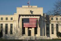 美联储发布半年度政策报告 对降息持开放态度