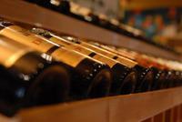 王朝酒业复牌 本月港交所除牌大限将至、13股高危