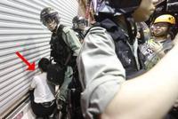 香港警方多地清场 国泰航空空姐等16人被捕(图)