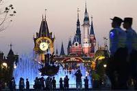 上海迪士尼禁带食品还强制搜包:中国人好欺负咩?