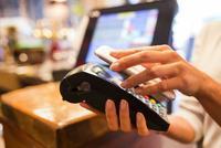 国办:提高消费便捷程度 推广移动互联网新兴支付方式