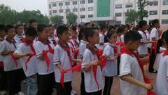 小学生红领巾竟印万达广告 教育局:发现后很快收回