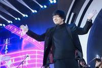 俞潞指挥众多企业家合唱欢乐尾曲