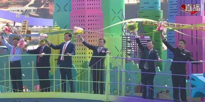 雷军参加新中国七十华诞庆典彩车:越奋斗就越幸福