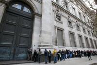 随着货币管制的实施 阿根廷人在银行排队取钱