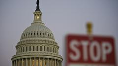 """美国政府关门三天记:有些部门靠""""私房钱""""运转"""