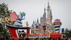 澎湃:交2.4万可免排队?迪士尼欠普通游客一个说法
