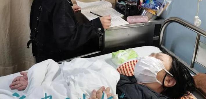 了不起!福建18岁姑娘带患病母亲上学