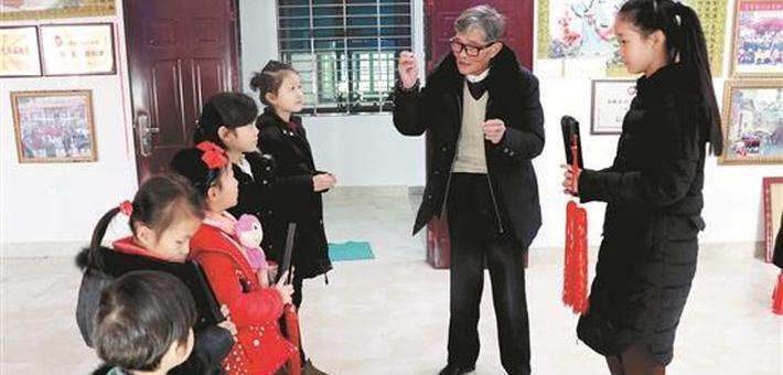 泉州七旬老翁情醉南音 义教二十多载