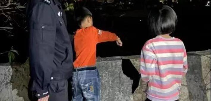 泉州两小孩拿石头砸动车