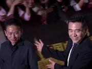 视频:飞天奖红毯陈宝国亮相 西装笔挺成熟绅士