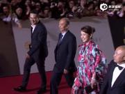 视频:飞天奖红毯张嘉译黑色西装酷帅 秦海璐浪漫薄纱礼服吸睛