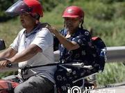 40℃高温八旬老人把自己绑在摩托上 背后原因让人泪目