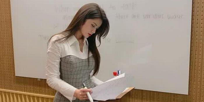 """魔鬼身材加上超高颜值 被称为""""最美英语老师""""!"""