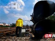 烈日下铁路电务工人用汗水保证铁路大动脉安全畅通