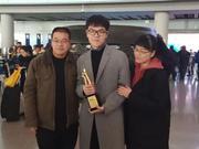视频-三星杯冠军柯洁胜利返程 父母到机场迎接
