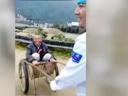 视频-医生用斗车送摔伤老人上救护车 老人:像是自己亲人一样