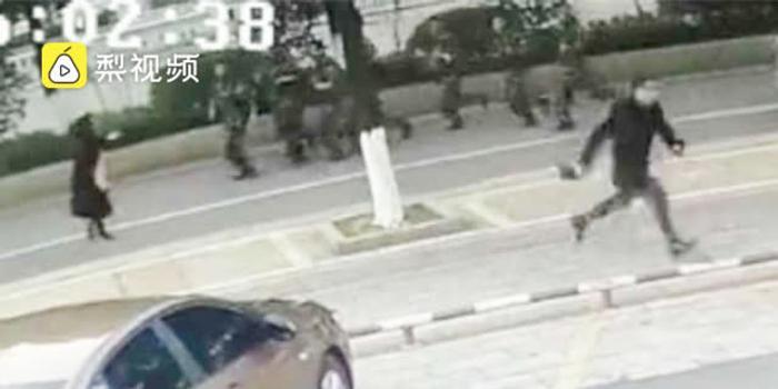 男子当街抢劫转身遇一队武警 直接被生擒
