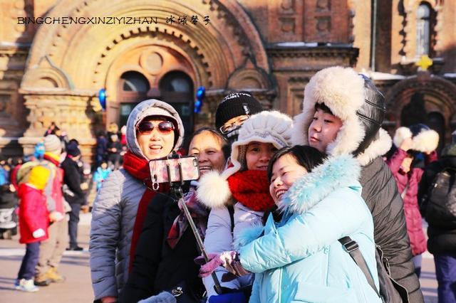 哈尔滨过大年 游人流连索菲亚教堂广场笑欢颜