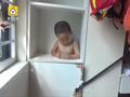 男童身卡衣柜孔,获救瞬间破涕为笑