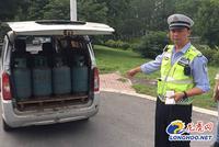 南京一面包车私自改装 载20多个液化气罐上路