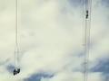 贝尔429直升机的新西兰用户吊运工人修复高压线