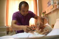 男子意外撞倒散步老人 撂下工作在医院照顾老人20多天