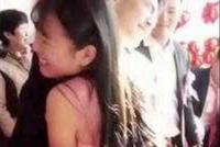 新郎和伴娘抱一起挤气球 新娘见后当场提悔婚