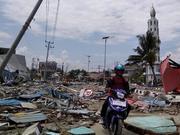 印尼强震引发海啸:数千房屋被冲走 街道遍布碎片