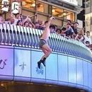 日本球迷已經興奮到不能自持:正排隊跳河