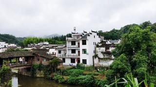 白墙灰瓦的安静村落