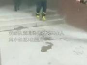 视频|消防员将呼吸器让给婴儿:孩子还小,我扛得住