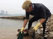 """致敬!长江边有群""""三峡蚁工""""两年捡了近700吨垃圾"""