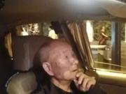 漆黑雨夜拄拐老人呆呆站在街头 的哥看见竟然这样做