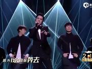 视频:国剧盛典许魏洲演唱《荣耀》 修长身材秀西装杀