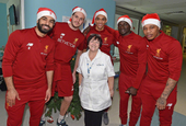 利物浦圣诞老人队到访儿童医院