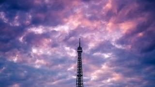 站在埃菲尔铁塔下的幸福