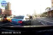 【强行超车,一秒后被抓!】1月9日,微博网友发了一条行车记录仪拍下的视频...